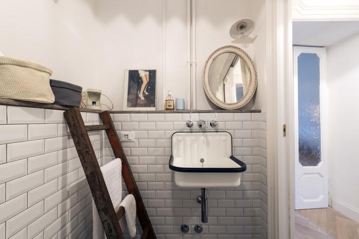 Una casa per due passioni ghostarchitects - Piastrelle diamantate bagno ...